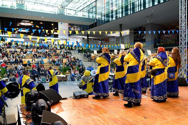 Auf unserer Atriumsbühne war auch musikalisch ganz schön viel geboten - ob Landesblasorchester Baden-Württemberg oder Guggenmusik, für Stimmung war gesorgt. Wer sich für Blasmusik interessiert, sollte sich übrigen auch die BRAWO - Die Blasorchest...