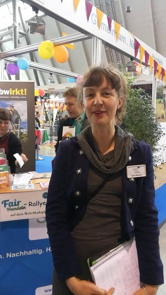 Lena Wimmer von der Stiftung Entwicklungs-Zusammenrarbeit Baden-Württemberg (SEZ) führt euch über den SEZ-Stand. ? Die #SEZ organisiert das Rahmenprogramm der Fair Handeln und prüft alle Aussteller. ??
