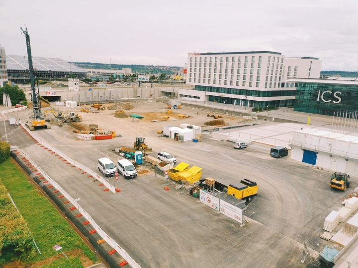 Na, wer erkennt unsere Messepiazza noch? ? Bei ihrem Anblick zeigt sich ein ungewohntes Bild - eine Baustelle prägt die Kulisse. ??️ Hier laufen nämlich die Vorbereitungen für den Tunnelbau, der ein wichtiger Teil des Großprojekts S21 is...