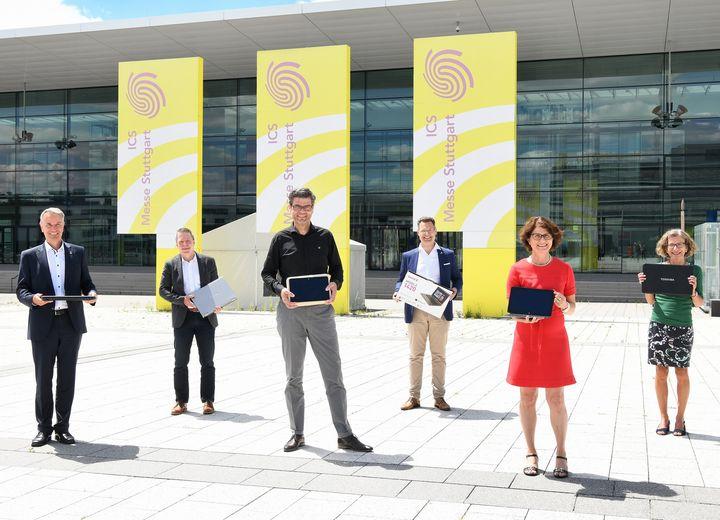 Die Messe Stuttgart spendet 25 Laptops & Tablets an die Stadt Leinfelden-Echterdingen für bedürftige Schülerinnen & Schüler. ? Heute fand die Übergabe durch unsere beiden Messe-Chefs Roland Bleinroth & Stefan Lohnert an den Bürgermeister, Dr....