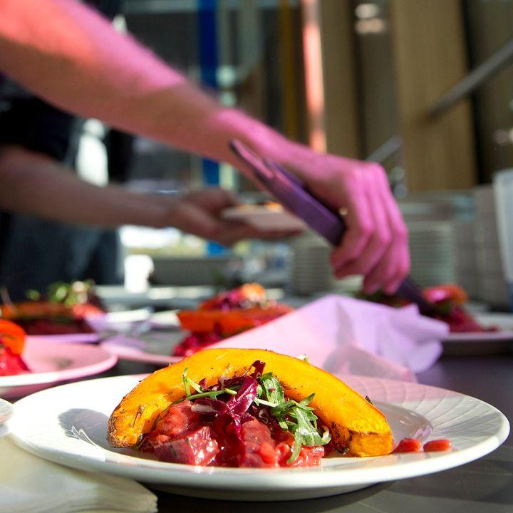 Nachhaltigkeit ist uns ein wichtiges Anliegen und wir haben euch schon einige unserer Aktivitäten dazu vorgestellt.? Auch unser Restaurant-Betreiber achtet entlang der Wertschöpfungskette auf ein nachhaltiges Vorgehen - von den Zutaten über das Z...