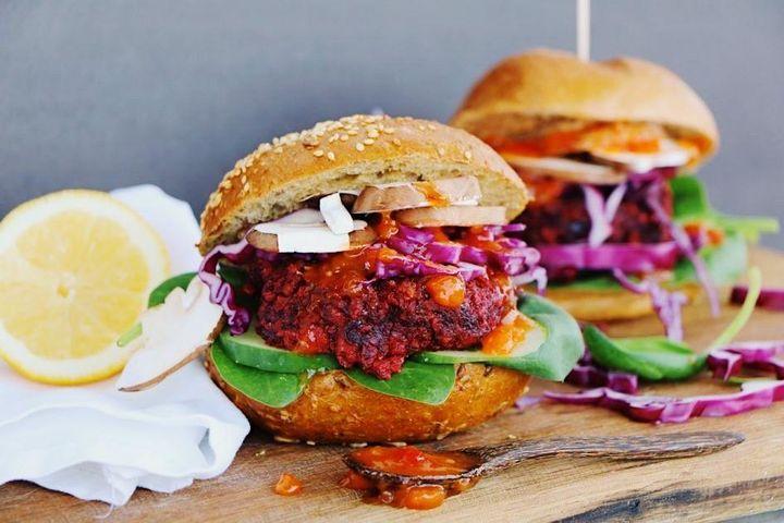 Heute ist #Weltvegetariertag! ? Wir nehmen dies zum Anlass und möchten euch diesen saftigen Rote Bete Burger nicht vorenthalten. ? Das Rezept hierzu gibt es auf dem Blog unseres veggie-Teams: http://ow.ly/8QkP50BGu4m Was ist euer vegetarisches L...