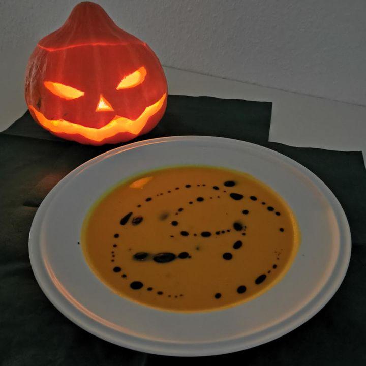 """Happy Halloween!? Bei uns gibt es dieses Jahr kein """"Süßes sonst gibt's Saures"""" sondern eine gesunde Kürbissuppe für ein bisschen veggie und frei von-Feeling.? Das Rezept haben wir euch auf den nächsten Bildern.? Guten Appetit!"""