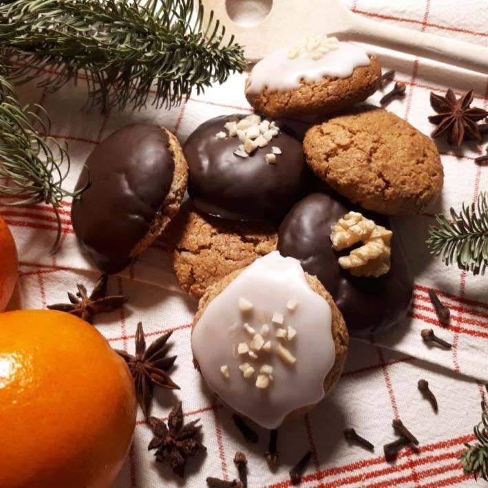 Wer von euch hat schon Plätzchen und Co. gebacken?? Zum zweiten Adventswochenende haben wir ein leckeres Rezept für euch. Sina, Projektleiterin der veggie & frei von, hat uns die Zubereitung von veganen Lebkuchen verraten.? Auf den Bildern habe...