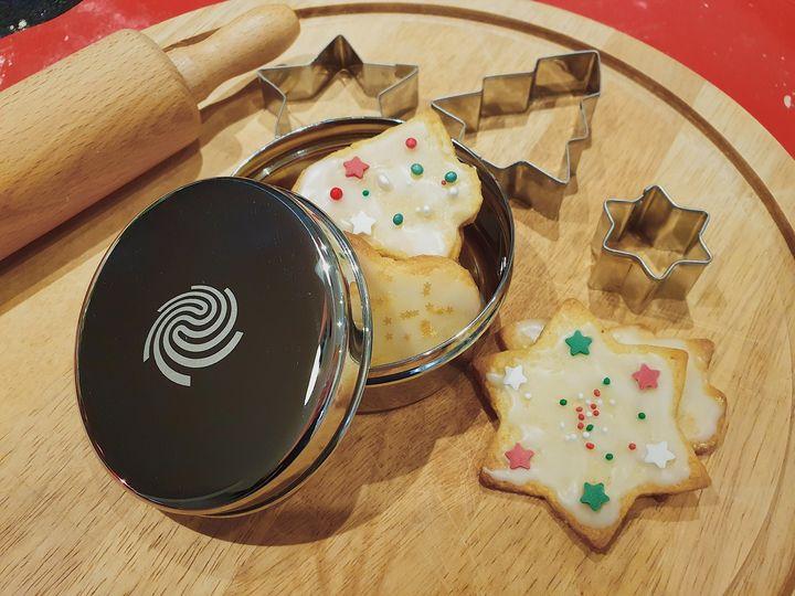 Der Nikolaus war da. ?? Er hat an euch gedacht und was Schönes für das 2. Adventsgewinnspiel ?️?️ mitgebracht: 3 Pakete bestehend aus einer Mini-Plätzchendose und einem Tannenbaum-Ausstecher für eure Weihnachtsbäckerei. ? Sagt u...