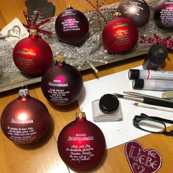 Habt ihr schon alle Weihnachtsgeschenke zusammen? ? Unsere Kollegin Daniela hat einen kreativen Vorschlag für euch: persönlich gestaltete Christbaumkugeln! ? Was ihr für dieses DIY-Projekt benötigt, verraten wir euch in den Bildern. ?️