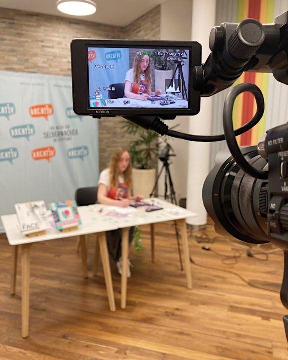 Am Donnerstag haben wir die neue Runde unserer Kreativ@home-Workshops eingeläutet. ? Melinda Simon hat die Teilnehmer im ausgebuchten Kurs Schritt für Schritt in die Acrylmalerei eingeführt. ? ?️ Wir sind uns sicher,  zuhause sind einige...