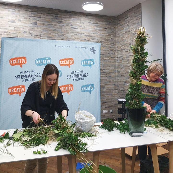 Ostern rückt immer näher. ? Um daheim in Oster-Stimmung zu kommen, sorgte der Kreativ@home-Workshop am Mittwoch für die passende Dekoration. Elobana Blumen- und Naturseminare zeigte den Teilnehmenden, wie man einen Osterstab aus frischen Naturmat...