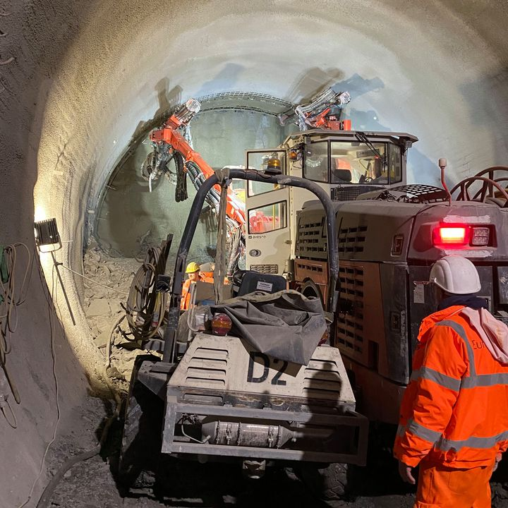 30 Meter unter unseren Hallen erwacht die Erde derzeit zum Leben.?♂️?♀️ Denn dort werden die unterirdischen Tunnel im Rahmen des Bahnprojekts Stuttgart 21 gebaut.? Das Projekt erfordert höchste Vorsicht und absolute Präzision....
