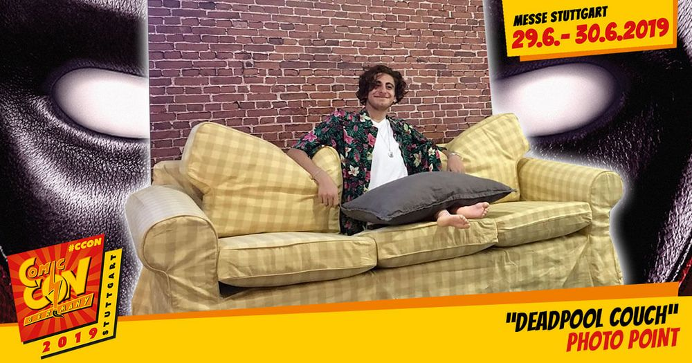 Wer den zweiten Teil der abgefahrenen Filmreihe gesehen hat, kennt die Szene auf der Couch, als der Unterkörper von Deadpool neu wächst. Du hast hier auf der CCON | COMIC CON GERMANY die Möglichkeit, dich entweder in der selben Szene ablichten zu la...