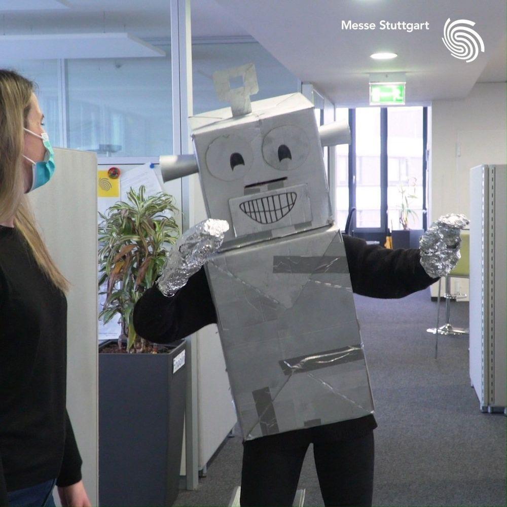Auf unserem Gelände finden sich regelmäßig eine Vielzahl an Robotern wieder, z.B. auf der AMB, der Motek, der VISION u.v.m. ? Einen haben wir jetzt ganz einsam und allein in unseren Büros entdeckt. ? Er vermisst seine Roboterfreunde und die M...