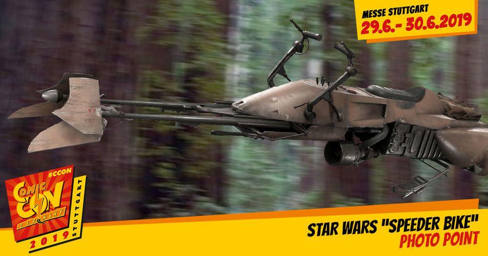 Bekannt aus Return of the Jedi kommt hier der Photo Point: Star Wars Speeder Bike nur auf der CCON | COMIC CON GERMANY. Fühle dich wie ein Biker Scout auf Endor