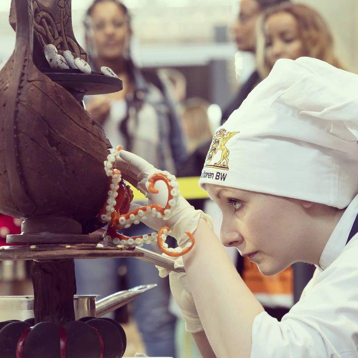Die Konditor*innen des Landesverbandes Baden-Württemberg haben auf der #intergastra20 aufwendig konstruierte Schokoladenkunstwerke präsentiert. ?? #schokolade #konditorei #konditoren #süßeKunst #enjoystuttgart #tastystuttgart #stuttgart #Inte...