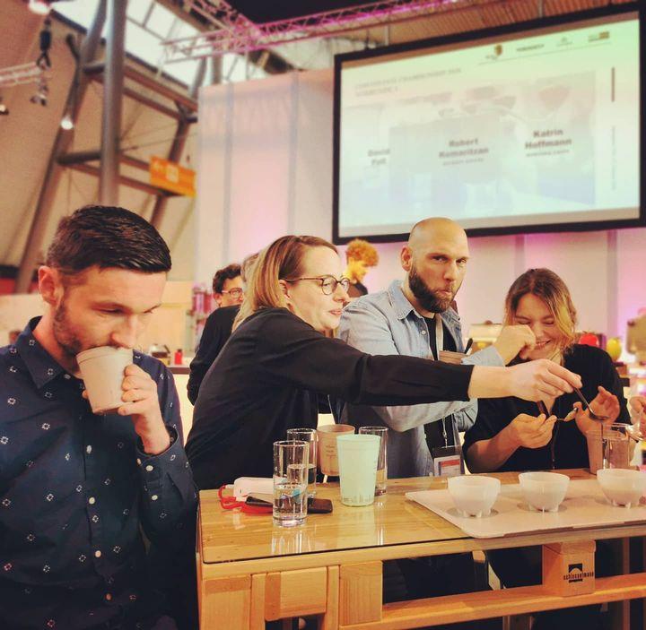 Guten Morgen, Stuttgart! ❤️ Unsere Kaffeeexperten haben sich gestern beim Coffee Comandante Championship  bereits fleißig durch die Kaffees geschlürft. Ihr habt bis Mittwoch aber noch Zeit, euer eigenes ☕ Best of #Coffee ☕ zusammen zu stellen...