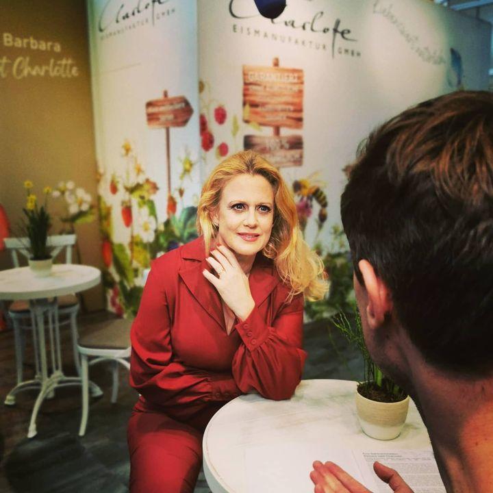 Großer Andrang beim Fototermin mit Barbara Schöneberger, die ihre neue Eismarke Charlotte bei uns auf der Messe vorstellt.? #dabeiseinistalles #Intergastra2020 #eis #iceicebaby #charlotte Barbara Schöneberger Charlotte Eismanufaktur