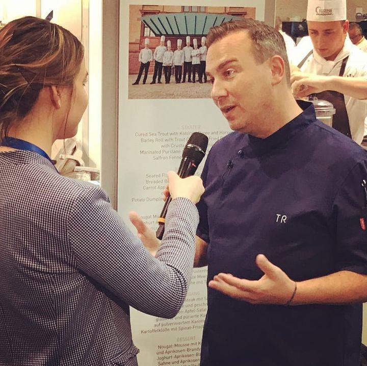 Tim Raue schaut den Kollegen bei der IKA/Olympiade der Köche auf die Finger. ? Die Olympiade der Köche bewegt eben für Branche.  #intergastra2020 #dabeiseinistalles #ika2020 IKA Culinary Olympics