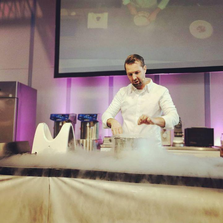 Beim @pfersichtrendforum auf der #Intergastra2020 zeigt Chefpatissier Matthias Mittermeier wie außergewöhnliche Desserts mit molekularen Arbeitstechniken entstehen. #Patisserie #dessert #kunstzumvernaschen #matthiasmittermeier #dabeiseinistalles