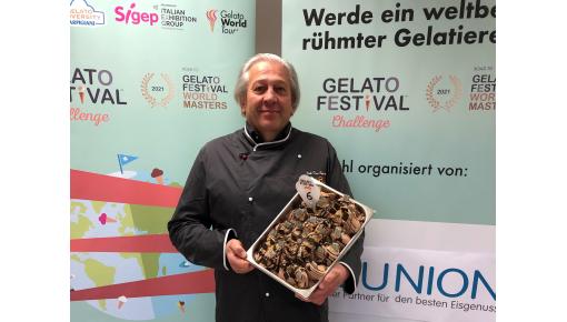 """Renato Dal Cin vom Eiscafe Dal Cin in Mellendorf mit seiner Eissorte """"Hannover Eis"""""""