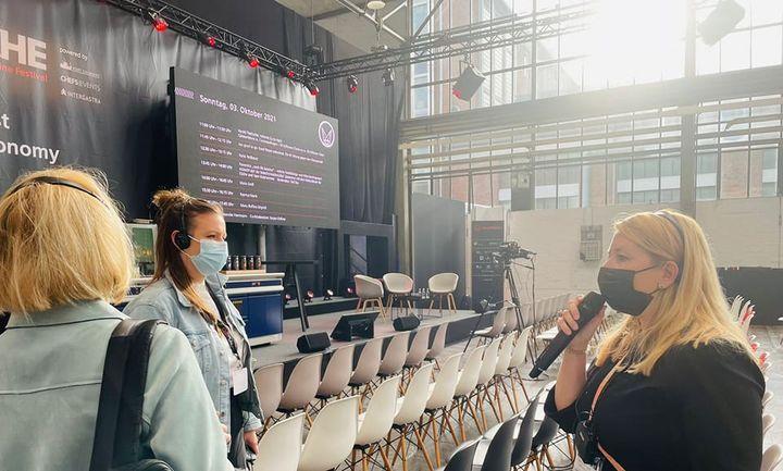 Presserundgang: Projektleiterin Ann-Marie Nappari gibt den Medienvertretern einen Ausblick für den heutigen Messetag auf der CHEF-SACHE  in Düsseldorf. ? #Küchentechnik #Food #Intergastra22 #messehighlight #Inspiration #trends #tipps #Nahrungsmit...