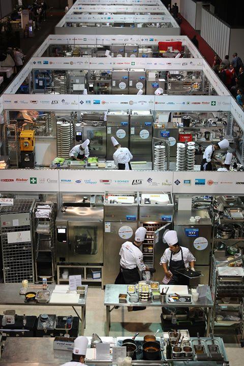 """""""Zweimal pro Wettbewerbstag der IKA Culinary Olympics treten neue Mannschaften gegeneinander an. Jedes Team bringt Equipment und eigene Kochzutaten mit, die ausgeladen und gelagert werden müssen – und das alles neben dem normalen Messebetrieb der..."""