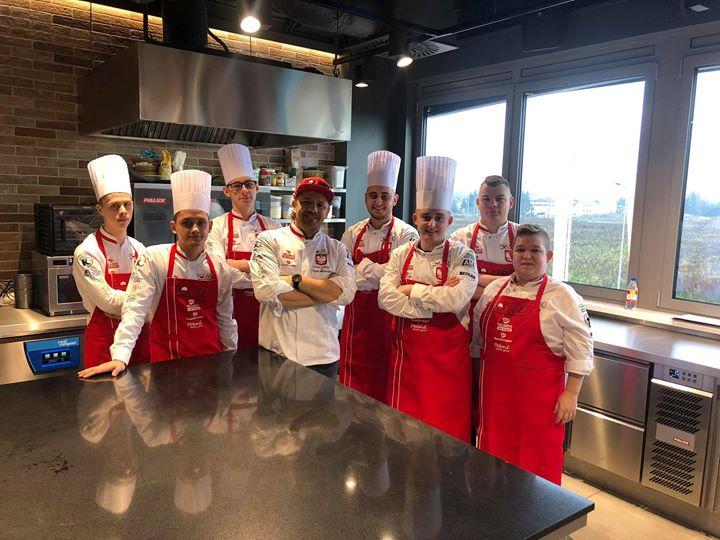 Die Kollegen aus Polen sind nicht zu unterschätzen! Selbst am Wochenende wird hart trainiert für die IKA Culinary Olympics ? Dein Ticket hast du schon oder? ? #dabeiseinistalles #restaurantofcommunitycatering #restaurantofnation #chefstable #Cu...