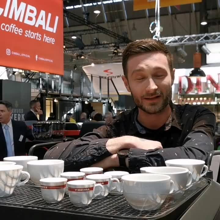 Batista Christian Ullrich verrät seine Tipps, damit es im Café rund läuft. ?☕ #coffelover #coffee #coffeetime #barista #butfirstcoffee #dabeiseinistalles #Intergastra2020