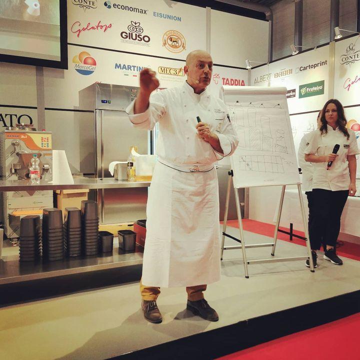 Auf der #Gelatissimo2020 klärte heute Filippo Zampieron über die Herausforderungen bei der Herstellung von alkoholhaltigem #Eis auf (Temperatur, Standzeit, Geschmack), während die Aussteller jede Menge #Eiscreme zum Probieren anboten.  #intergastra2...