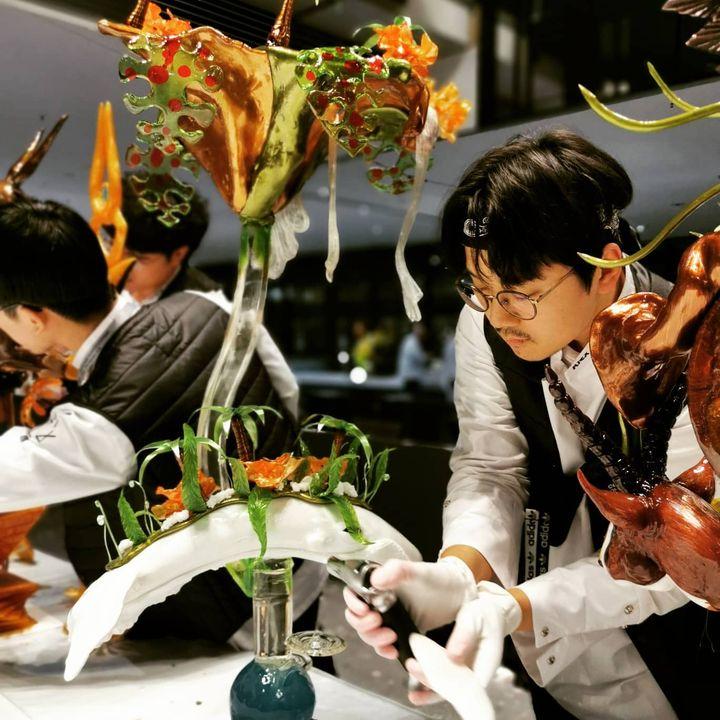 Feinschliff bei den Live Carvern und Food Artisten: Konzentration und ein extrem ruhiges Händchen sind gefragt, damit es die Kunstwerke zum Wettkampf schaffen. ?? #ika2020 #olympiadederköche #Intergastra2020 #dabeiseinistalles  IKA Culinary Oly...