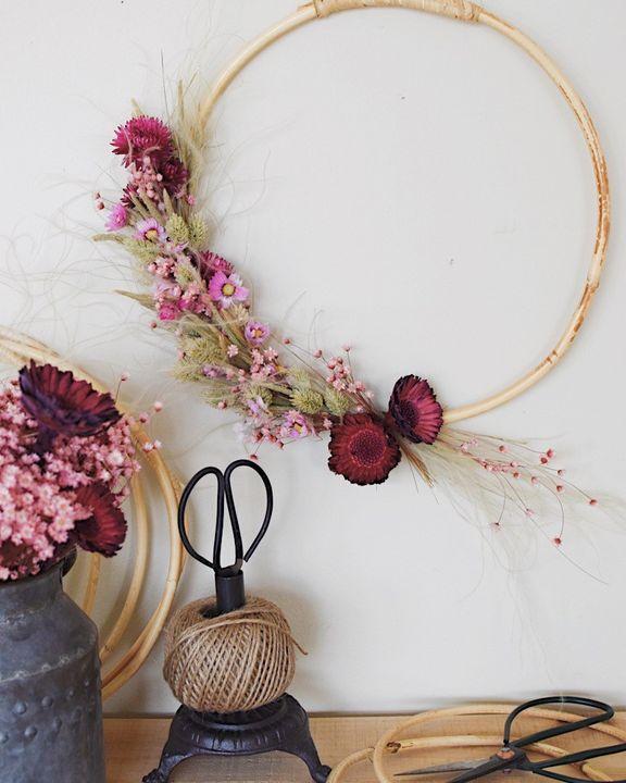 Der nächste #kreativathome-Workshop steht an! ? Bindet einen Loop-Kranz aus Trockenblumen mit Mrs. Greenery am 19.5. ??? Schritt für Schritt erklärt sie euch, worauf es beim Loop-Kranzbinden ankommt und gibt euch Tipps zur kreativen Gest...