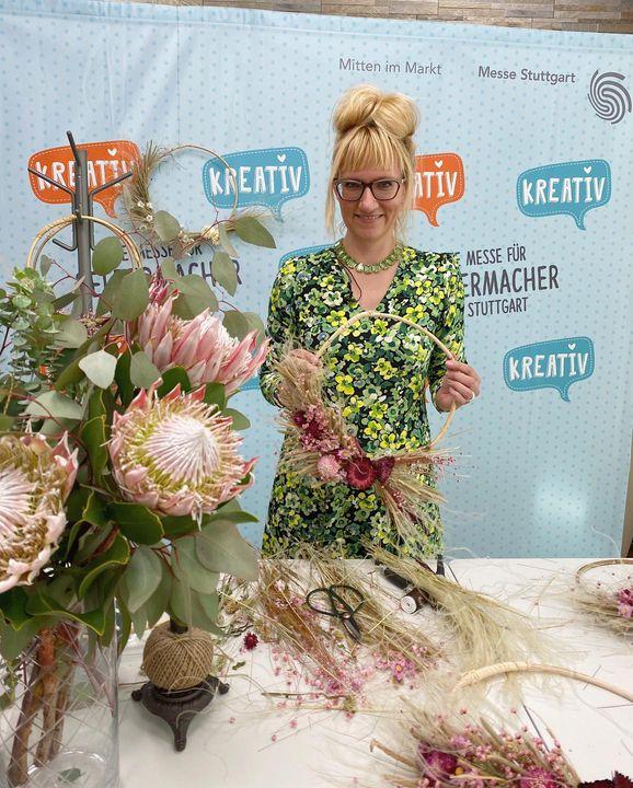 Loop-Kranzbinden aus Trockenblumen - das stand am Mittwoch beim Kreativ@home-Workshop auf dem Programm. ?? Ines aka Mrs. Greenery zeigte den Teilnehmenden, wie man einen wunderschönen, floralen Kranz gestaltet. ?? Viele Inspirationen, neue...