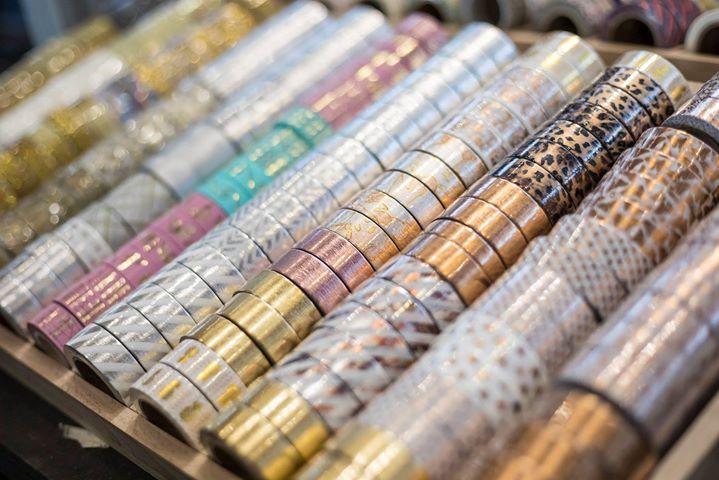 Arbeitet ihr auch so gern mit Washi Tape? Es gibt so viele tolle Möglichkeit, das schöne Klebeband einzusetzen. Urlaubsfotos an die Wand, Geschenke verzieren oder das Notizbuch verschönern - man kann nie genug Tapes in allen Farben und Mustern besit...