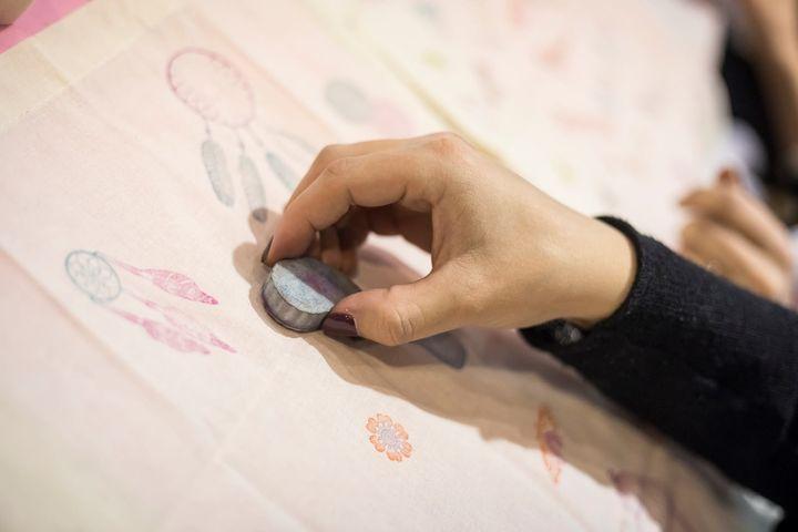 Eine Schürze, ein Kosmetiktäschchen oder ein Shirt werden durch einfallsreiche Bügelmotive zu einem stylischen Eyecatcher. Im Workshop von Safuri GmbH am Stand A13 könnt ihr euer ganz eigenes Design kreieren!