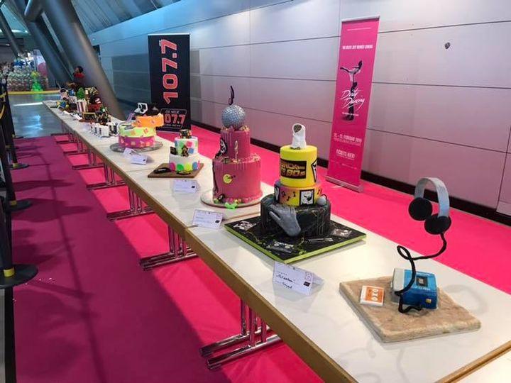 Um 15 Uhr findet die Siegerehrung beim Tortenwettbewerb statt. Kommt auf der Galerie in Halle 1 bei der Cake-it-Bühne vorbei und schaut euch an, welche Torten zum Thema 80er-Jahre ausgezeichnet werden ? #cakeit18