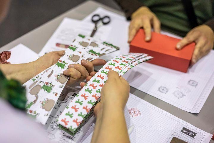 Na, habt ihr alle eure Geschenke verpackt? Das Kreativ-Team wünscht euch frohe Weihnachten und ein paar kreative Stunden - wir sehen uns im neuen Jahr!