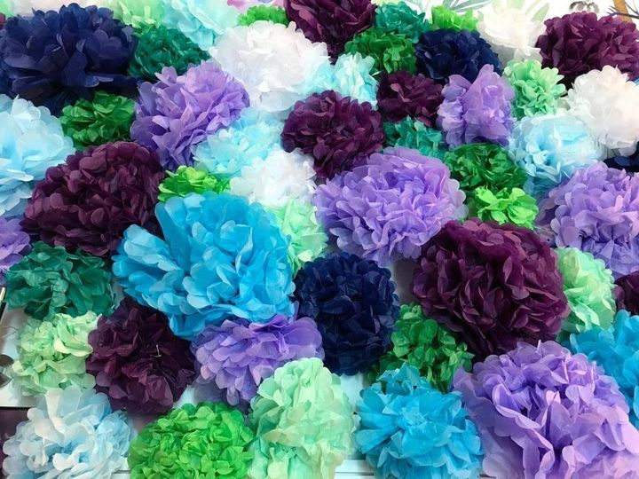 Wir lieben den Frühling! Langsam lassen sich ja schon die ersten wärmenden Sonnenstrahlen des Jahres blicken. Bis die Blumen wieder blühen, dauert's wohl noch ein Weilchen... so lange genießen wir einfach unsere selbst gebastelten Blüten aus Seide...
