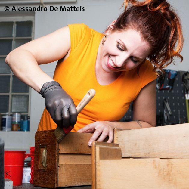 """Wo Esther Ollick - Möbelaktivistin Hand anlegt, bleibt kein Möbelstück unansehnlich. Auf der Kreativ bietet die aus dem TV bekannte Restaurationskünstlerin zahlreiche Workshops zum Thema """"aus alt mach neu"""" - von Abschleifen über Lackieren und Beiz..."""