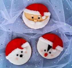Kommt bei euch auch so langsam die Weihnachtsstimmung auf? ? Spätestens auf der #kreativ19 aufjedenfall! Modelliert zusammen mit Denise von La torta di Denise in einem ihrer täglich stattfindenden Workshops bunte Weihnachtsdeko – egal ob sü?...