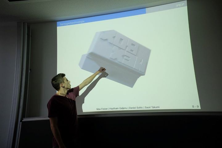 Bis die #MexBox auf der #MEX2019 live produziert werden kann, ist es ein langer Weg: Von der Bauteilkonstruktion über die ersten Modelle und die Werkzeugkonstruktion hin zum Spritzgießwerkzeug erarbeiten die Studierenden alles selbst.