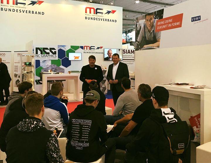 Bring deine Zukunft in Form! heißt es auf der #MouldingExpo: Branchenprofis führen interessierte Schüler und Azubi-Gruppen über die Messe und stellen die Ausbildungsberufe der Branche Technischer Produktdesigner, Technischer Modellbauer, Zerspanung...