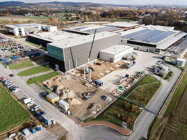 Campus wird ausgebaut: Solarlux Deutschland erweitert seinen Firmensitz in Melle. Zwei neue Lagerhallen und eine Freiflächenüberdachung sollen auf einer Fläche von rund 2850 Quadratmetern zusätzliche Lagerkapazitäten bieten. Der Ausbau der Kapazit...