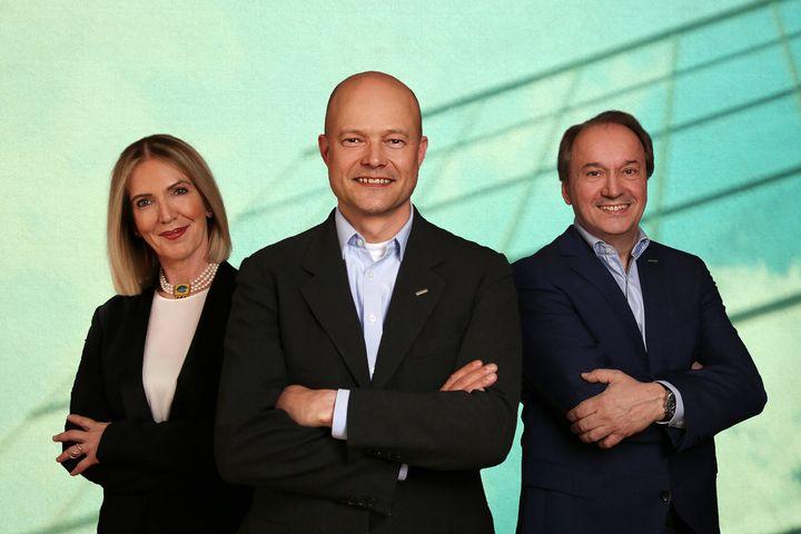 Neuer Vorsitz im Vorstand: Die Sattler AG hat seit dem 28. April 2021 mit DI Alexander Tessmar-Pfohl (M.) einen neuen Vorstandsvorsitzenden. Er folgt auf Herbert Pfeilstecher (r.), seit 2001 im Vorstand der Sattler AG und seit 2007 Vorstandsvorsitzende...