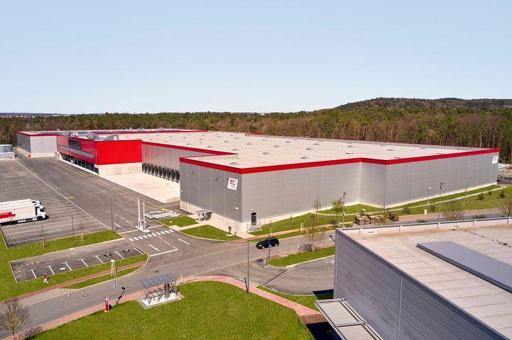 Mehr Fläche, optimale Anbindung sowie einen Fokus auf Industrie 4.0 und Nachhaltigkeit: Mit seinem neuen Logistik- und Produktionszentrum in Wertheim-Bettingen, das am Freitag, 23. Juli 2021 eingeweiht wurde, trägt WAREMA  dem gestiegenen Kapazitäts...
