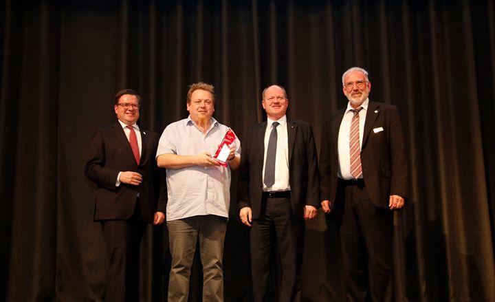 Ausbildungspreis 2019: Bereits zum sechsten Mal verleiht der Bundesverband Rollladen + Sonnenschutz e.V. in diesem Jahr den Ausbildungspreis für herausragende Ausbildungsleistungen. Der Sieger bekommt ihn Ende Oktober während der diesjährigen Hauptt...