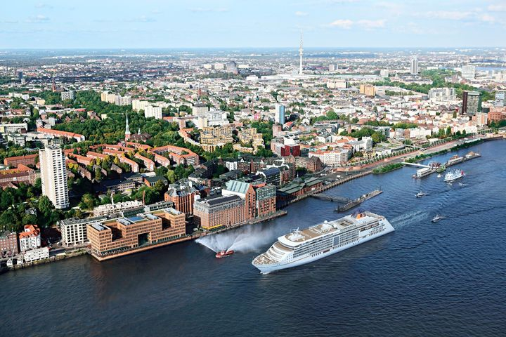 Neues aus der Kreuzfahrt: Nach einer umfangreichen Testphase ist die Europa 2 für die regelhafte Nutzung von Landstrom zertifiziert worden. Somit kann das Kreuzfahrtschiff künftig bei ihren Anläufen in Hamburg emissionsfreien Bordstrom beziehen 👍...