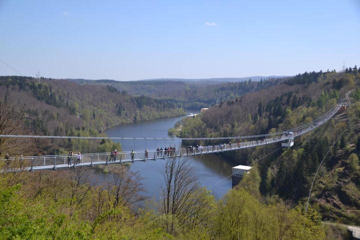 """Spektakuläre Aussicht gefällig? Eine Hängebrücke im Harz ist unser heutiger oohh! Sommertipp. Nur von Luft, ein wenig Stahl und atemberaubender Natur umgeben spannt sich die """"Titan-RT"""" an der Rappbodetalsperre in 100 m Höhe und mit einer Läng..."""