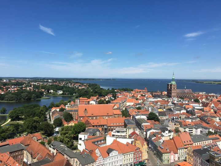 Für unseren heutigen oohh! Sommertipp geht's hoch in den Norden: Lotta aus dem oohh!-Team, die in Stralsund studiert hat, verrät ihre Lieblingsplätze: Den schönsten Ausblick auf die Hansestadt hat man vom Turm der Marienkirche oder vom Strand in...
