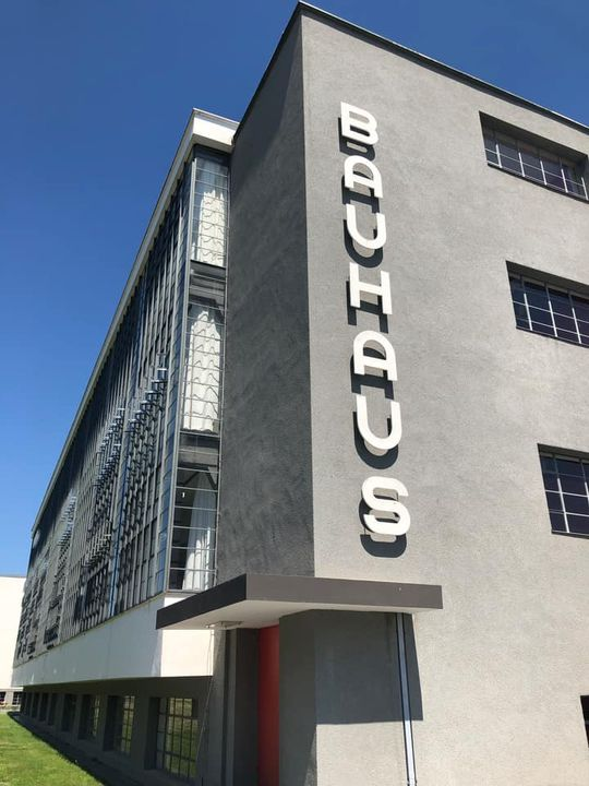 Unser oohh! Sommertipp ist speziell für Architekturfans ein echter place to be: 100+1 Jahre Bauhaus in Dessau.  Die Meisterhäuser, das Bauhausgebäude und das neue Museum erzählen ihre progressive Geschichte.  Eine fazinierende Zeitreise!