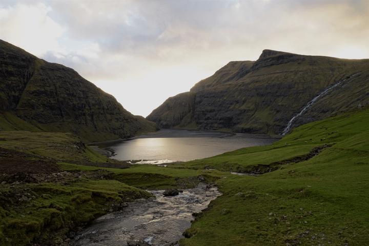 Der Norden ruft! Die Färöer Inseln sind unser Sommertipp für euch. Auf den zahlreichen Inseln trifft man nur wenige Touristen und ihr könnt so die einzigartige Natur genießen. Wer auf der Suche nach Abenteuer, grandiosen Landschaften und Outdoor-A...