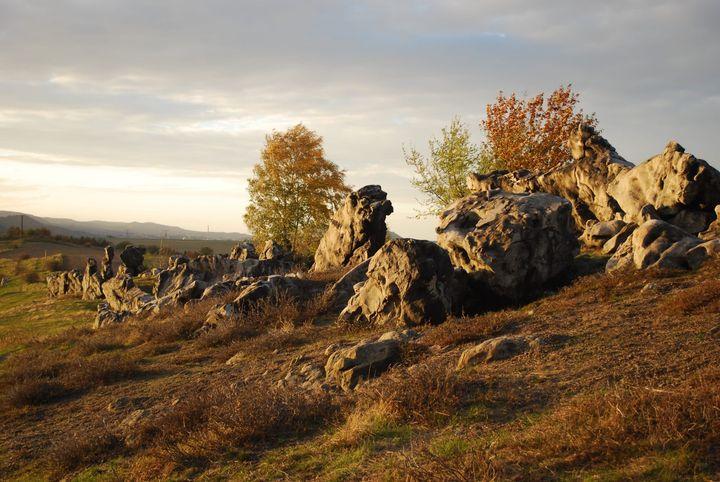 Mit unserem heutigen Tipp schicken wir euch auf eine sagenumwobene Wanderschaft zur Teufelsmauer im Harz: Magische Gebirgswelt, die sich rund 20 Kilometer am nördlichen Harzrand erstreckt. Der Sage nach ist die beeindruckende Felsformation in Folge ei...