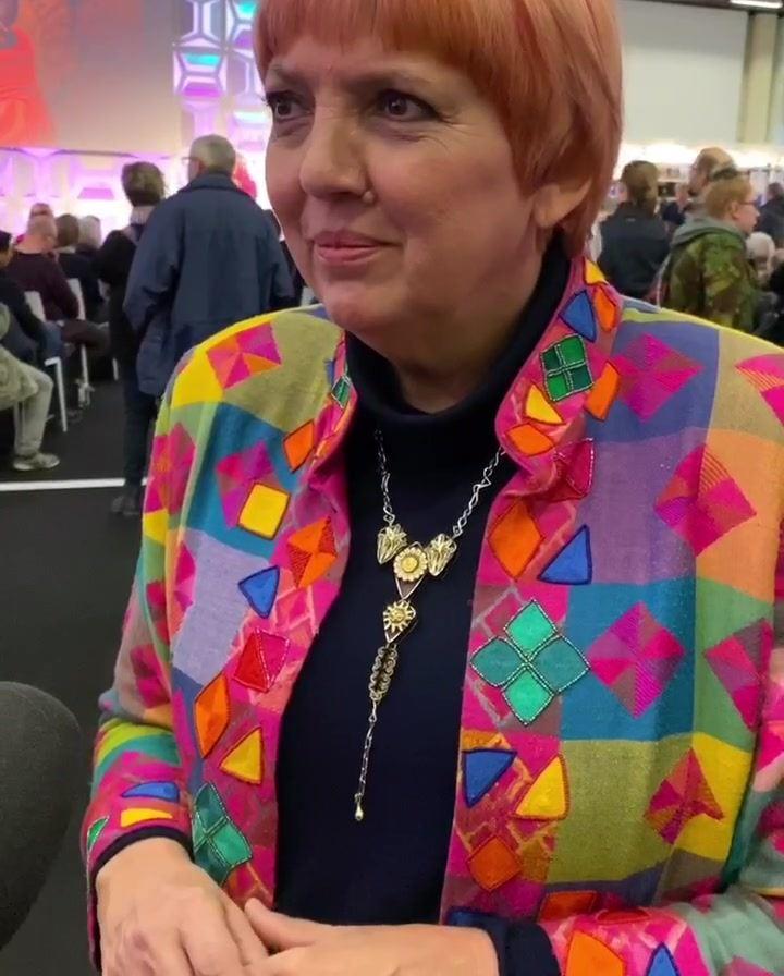 Jetzt auf der FOTOHAVEN HAMBURG Stage. Bundestagsvizepräsidenten Claudia Roth im Gespräch mit Kurator Christian Popkes über ihre Reisefotos und die Macht von Fotografie.